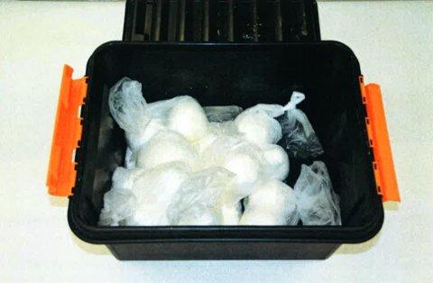 BESLAG: Politiet beslagla 21.4 kilo amfetamin, som de fant i flere typer emballasjer.
