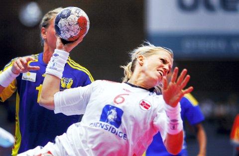 UTE MED SKADE: Heidi Løke skadet seg i kneet under kampen mot Brasil og må stå over håndball-VM.