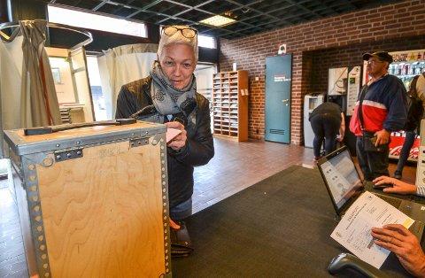 PÅVIRKER: – Hvis det er noe du vil endre i samfunnet, så må du bruke stemmeretten, sier Hilde Fjeldheim. Fredag var hun på biblioteket i Sandefjord for å forhåndsstemme.