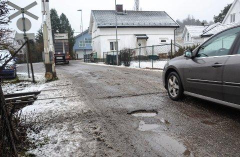 FRA NORD: Hullene i asfalten i Nedre Haslevei er opptil ti centimeter dype, 30-40 centimeter i diameter og har skarpe kanter.