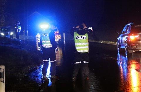 STENGT I BEGGE RETNINGER: Politiet jobbet med å sikre spor på stedet søndag kveld, og ba folk velge en alternativ rute.