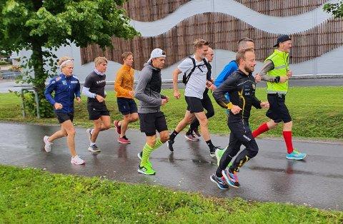 DAG 17: Simen Holvik (med gul vest) løper for verdensrekord og får stadig flere med seg på etapper langs veien.
