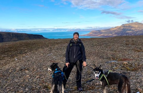 FLYTTET LANGT: Søken etter nye utfordringer førte til at Emilie Fjeldbo (27) flyttet til Svalbard, hvor hun fikk seg lærerjobb. For tiden har hun sommerferie i hjembyen Sandefjord. – Som lærer har jeg mye fri, og det passer meg bra. Det blir en del farting til Sandefjord. Etter å ha brukt ulltøy i lang tid, var det veldig fint å komme en tur hjem igjen i juni. Det var deilig å kunne bruke solkrem og shorts, humrer Emilie, som drar tilbake til Svalbard i august.