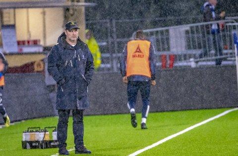 BAKKES plass! Geir Bakkes plass vil bli å se på sidelinja under Sarpsborg 08s kamper i ytterligere seks sesonger. Bakke har forlenget avtalen som strakte seg til 2022 med to nye år.  Foto: Thomas Andersen