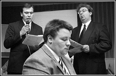 1998: Observatør Bård Hoksrud sammen med Jon Gåsvatn og Jørn Stang  under årsmøtet i Sarpsborg FrP. De to sistnevnte kjempet om å bli formann i lokallaget. Det ble stang inn for Gåsvatn, som ble formann. Hoksrud satt på Stortinget på denne tiden.