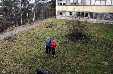 SKAL BYGGE HINDERLØYPE, FRISBEEGOLFBANE OG KLATREVEGG: Kroppsøvingslærer Frank Hirstad og fagleder i kroppsøving ved Greåker videregående skole Unni Bay Johansen, håper den nye hinderløypa skal stå klar på dette området i løpet av neste skoleår.