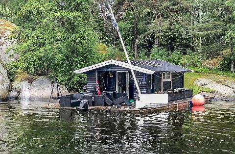 """TIL FREDRIKSTAD: Husbåten som i flere måneder har vært """"parkert"""" på Kjerringholmen, er nå flyttet til Tosekalven i Fredrikstad."""