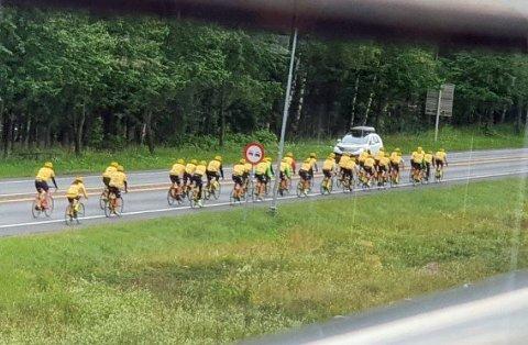 30 syklister i følge fra Team Rynkeby syklet i retning Drammen. Her fotografert av en person som tok bildet fra Akropolis i Lier.