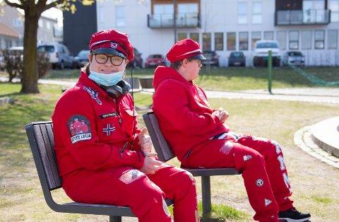 Martinius Holstad Hansen (19) og Henrik August Kvamme (18) tar en pust i bakken etter en løpetur i parken.