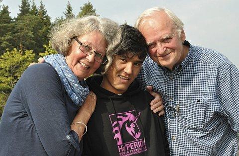 Gode venner: Kari Thoresen og Ragnar M. Næss og Mustafa som bor på Nybøle har blitt gode venner.