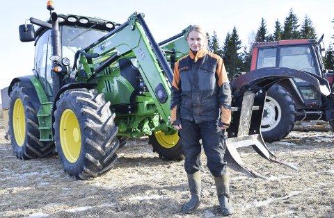 UNG SATSING: Ettermiddagen før kvinnedagen møtte vi Ragnhild Duserud i jordekanten ute ved Sameia i Eidsberg. Her er hun med to av tre traktorer som hun disponerer i gårdsdriften.