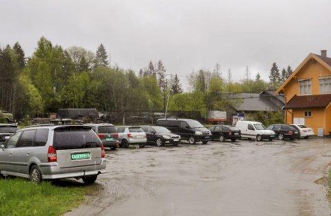 For få plasser: Det er manko på parkerings-plasser ved Slitu stasjon.ARKIVFOTO
