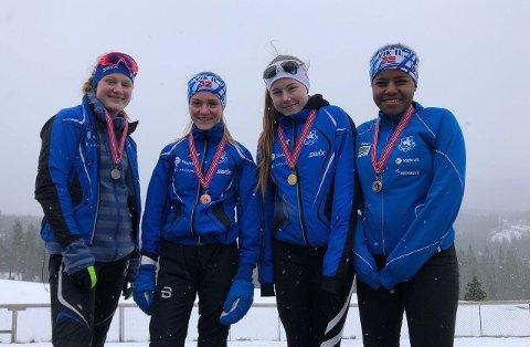 FEM MEDALJAR: Madelen Fosse Skagen, Rebekkea Midlang Harbakk, Nathalie Holen Årevik og Sara-Sofie Africa Hegg sikra seg totalt fem medaljar under KM i skiskyting på Voss i helga. (Foto: Jorunn Åsfrid Røyrvik)