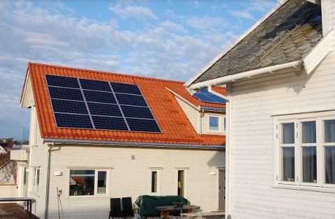 Det nye nabohuset til den gamle losbygningen i Havnevegen i Tananger har fått solcellepanel-anlegg.