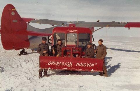 [b]FELTFLYPLASS:[/b] Et knippe militære mannskaper poserer med traktor foran en av Otter-maskinene under operasjonen i Antarktis. Atle Brundtland står lengst til venstre i bildet.