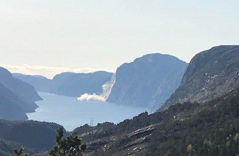 RAS: Her raser det i Lysefjorden. Bildet er tatt fra Songesand. Leserfoto: Rune Nordbø
