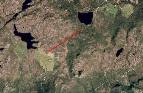 Det manglar berre vel ein kilometer (raud strek) med veg mellom Måmyra (i vest) før det er råd å kjøra frå Årdal til lysløypa på Bjødnabu (i aust). (Flyfoto frå Hjelmeland kommune)