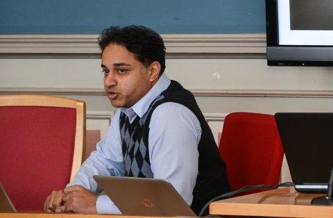 SKJENKEKONTROLL: - Vi har en god del kontrollører i selskapet, og det er ikke avgjørende for driften at jeg utfører kontroller i Porsgrunn, sier eier Sajjad Hussain Thathaal i Securance.
