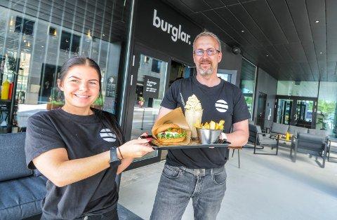 SELGER SÅ DET SUSER: På Burglar i Porsgrunn selger de burgere som varmt hvetebrød. - Det har gått over all forventning, sier daglig leder Vidar Halvorsen og Camilla Olsen.