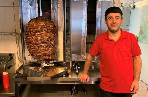 Rimon Hurmiz Shaker solgte 13 tonn svinekjøtt i fjor. Til tross for store endringer i år, vender kundene tilbake.