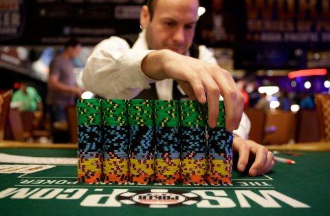 STORGEVINST: En pokerspiller fra Telemark vant i natt mer enn tre millioner kroner på poker. Bildet er en illustrasjon. Denne turneringen foregår i år på nettet på grunn av koronarestriksjonene. Foto: AP/NTB