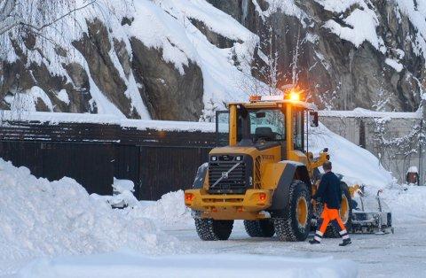 REGN: I disse dager er snøen i ferd med å regne vekk, men tidligere vintre har det vært en utfordring med store snømengder som har kommet på kort tid, og ett sted må overskuddssnøen lagres.