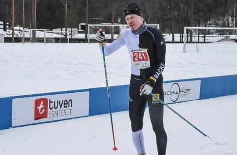 UHELDIG: Ting kan tyde på at Eirik Gjelsvik fra Team NRP har hatt noen utfordringer underveis. Knekt stav og blod fra nesa kan være tegn på fall i nedoverbakkene mot Gransherad skole.
