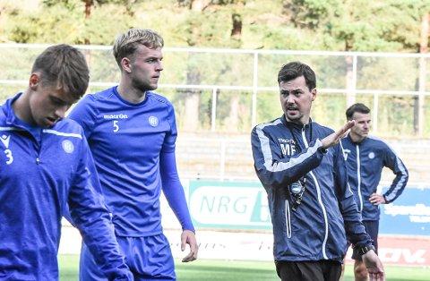 FORLENGET: Magnus Erga har forlenget trenerkontrakten med Notodden Fotball. Han skal nå lede laget ut 2022-sesongen.