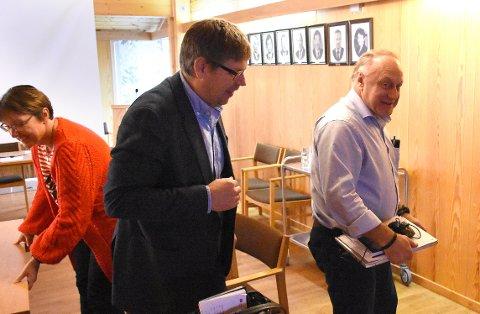 SIER IFRA: Eli Norunn Furnes Fjærli (bak) og Lars Wiik (til høyre) følger prosessen med sammenslåing av Halsa, Hemne og Snillfjord, som Bernt Olaf Aune (midten) og de andre politikerne i fellesnemnda arbeider med.