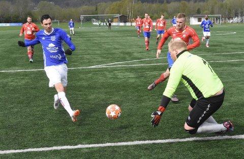 FEM: Sander Smevoll satte ballen i mål bak keeper Lasse C. Visnes hele fem ganger da Surnadal knuste Elnesvågen 8-0 på kunstgresset på Syltøran lørdag.