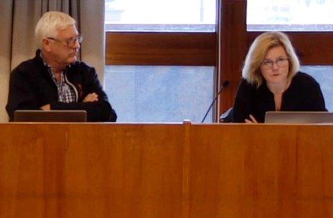 Tone Monsen Aarø, enhetsleder plan og byggesak i Kristiansund kommune, avbildet sammen med Bjarne Elde under mandagens hovedutvalgsmøte.