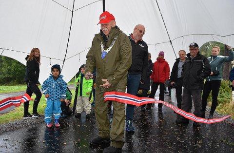 KLIPTE SNORA: Ordfører Odd Jarle Svanem stilte i nyinnkjøpt regndress og ordførerkjede da han med snorklippingen foretok den offisielle åpningen av helseløypa på Liabøen i Halsa onsdag.