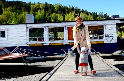 Silje MichaelaKvalheim kjøpte husbåt i 2011, nå bor hun der med kjæresten, datteren og hunden.