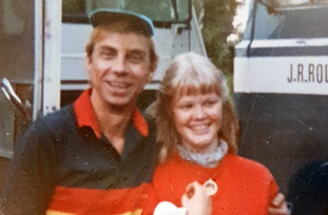 BLIDE: Jahn Teigen smiler omtrent like bredt som Marianne Larsen. Bildet er tatt i forbindelse med en konsert på Messeområdet i 1980.