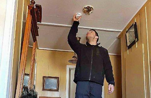 PÅ OVERTID: Feier Stuart Gibson er én av de 16 Vib-kontrollørene som årlig sjekker mange boliger og bygninger i Vestfold. Da han kom over den 27 år gamle røykvarsleren, som henger i taket her, monterte han opp en ny – som virker.