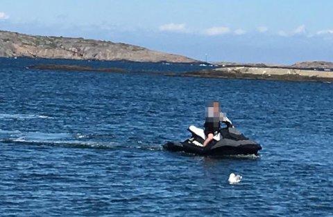 ULOVLIG KJØRING: Denne sjåføren brøt mandag totalforbudet mot å kjøre vannscooter i Færder nasjonalpark.