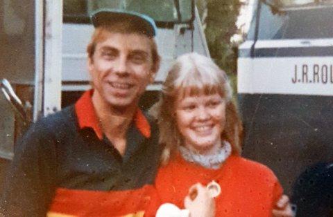 MØTTE HELTEN: Her treffer Marianne Larsen sin store helt Jahn Teigen på messeområdet i 1980.