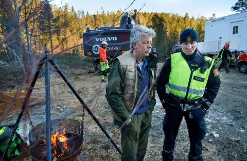 Fremst i rekken: Tobjørn Lindseth har fått en nasjonal stemme i kampen mot vindkraftutbygging. Her under en av protestmarkeringen i Sørmarkfjellet i Flatanger, sammen med politibetjent Torgeir Bakkland. FOTO: BJØRN TORE NESS