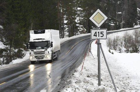 Bratt og svingete: I Songedalskleivene nord for Ubergsmoen har vogntog blitt stående fast på glatt snøføre en rekke ganger. Vegvesenet har tidligere sett på hvordan veien kan legges om for å få en slakere og bedre veistrekning. Det er et av stedene man ønsker å gjøre større utbedringer.