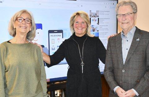 Vil hjelpe flere til å bli «digitale»: Ingrid Aanonsen Eeg og Arne Bjørnstad hjelper Hege Irene Dehlin Bjerkeseth med å nå ut med budskapet om DigiHelse. Foto: Anne Kristine Dehli