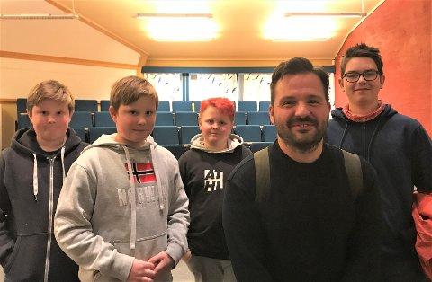Gildt besøk: Hasse Hope med elevane Sivert og Henrik Skjerstein, Knut Inge Fossberg-Ringstad og Jostein Sørengen.