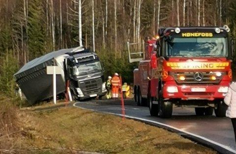 Jan Aslaksrud eier lastebilen som kjørte seg fast sør for Nes i Ådal mandag. Han mener det var sammenfallende årsaker til uhellet. Foto:Privat