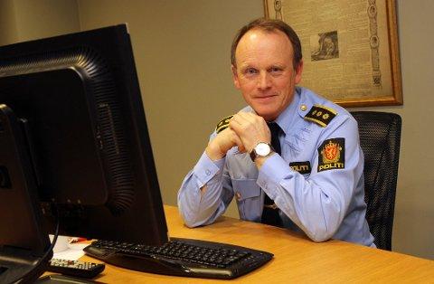 ADVARER: - Vær kritisk, særlig når det blir snakk om å overføre store pengebeløp, sier Bjørn Bratteng. Han er leder for etterforskningsseksjonen ved Skedsmo politistasjonsdistrikt, og tidligere lensmann i Nittedal . Foto: Kjell Aasum