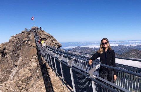 REISELYSTEN: Theas utenlandsopphold har også bydd på tid til egen feriering. Her fra Glacier 3000 i Sveits. Nå venter hun på innpass til Wyoming i USA for å fullføre master i luksusreiser.