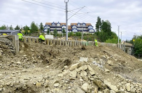 FORBEREDENDEARBEID: Ved jernbanebrua i Stasjonsveien er det satt ned betongpæler for å gi et trygt fundament når brua etter planen i mai neste år skal utvides.