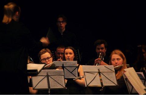 SPILLER KLARINETT: Selma Risvik (15) i midten under en konsert i Ungarn. Foto:  Olav Raanaas Moen/NMF Øst
