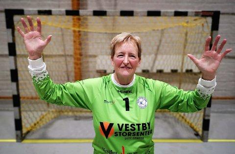 Imponerende. Karin Garpestad fra Vestby fyller 70 år til høsten. Til tross for sin voksne alder er hun fortsatt å se mellom stengene når Vestby HKs damelag i 6. divisjon er i aksjon.