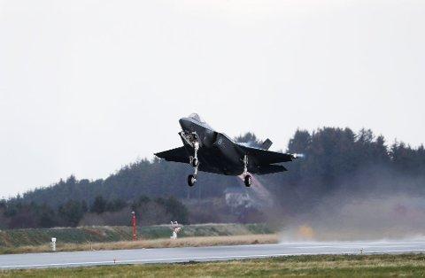 TIL RYGGE: F-35-kampfly vil ta av og lande på Rygge under øvelsesuken. Her tar de av fra Ørland flystasjon.