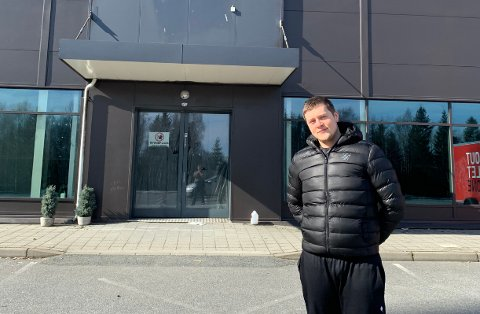FORAN DET NYE VAREHUSET: Niklas Findal Andresen foran lokalet som med tiden skal huse nye Elkjøp i Vestby.