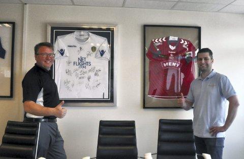 Lokalt, nasjonalt og internasjonalt: Daglig leder Anders Gustav Holt (til venstre) viser stolt fram den signerte Leeds United-drakta, men Ditt Kontor sponsor også mange lokale lag. Andre Gulliksen er Ditt Kontors sponsoransvarlig i FK Tønsberg.